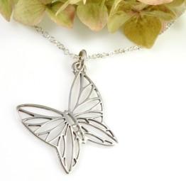 naszyjnik z motylkiem na prezent
